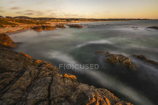 Тривалого впливу на скелястий берег в Asilomar стані Beach, Монтерей County, штат Каліфорнія, США — стокове фото