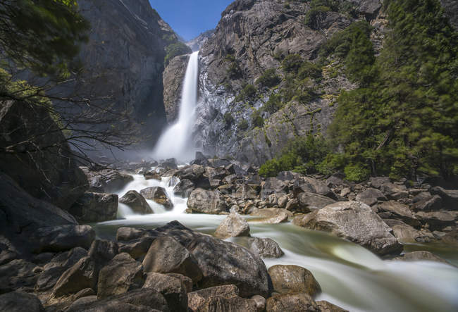 Живописный вид водопада в национальном парке Йосемити, Калифорния, США — стоковое фото