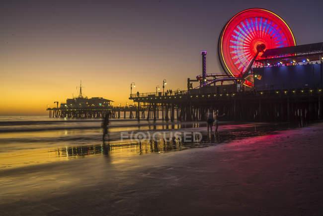 Світлові чортове колесо на пристані у Санта-Моніці, Каліфорнія, США — стокове фото