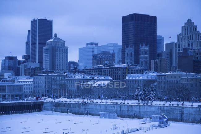 Observación de paisaje urbano y edificios con cielo nublado en el fondo, Montreal, Quebec, Canadá - foto de stock