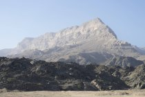 Откос Джебель Самхан, поднимаясь над побережьем Dhofari в южной части Омана — стоковое фото