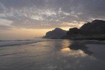 Mughsail plage au coucher du soleil, gouvernorat de Dhofar, Oman — Photo de stock