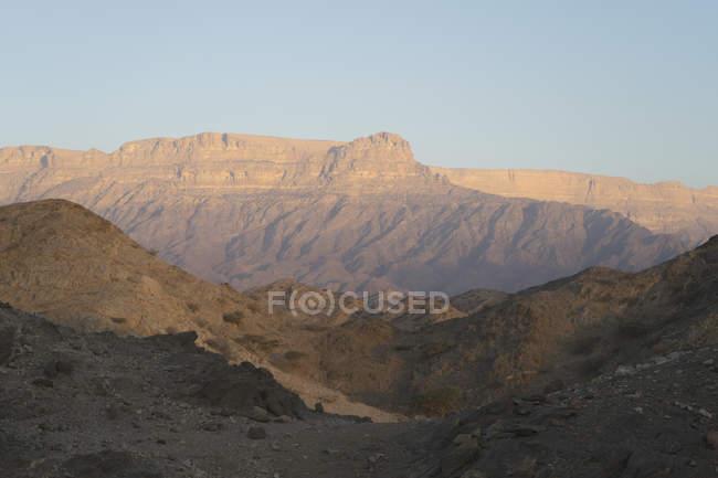 Vista do nascer do sol das montanhas de Jebel Samhan de Dhofar, no sul de Omã — Fotografia de Stock