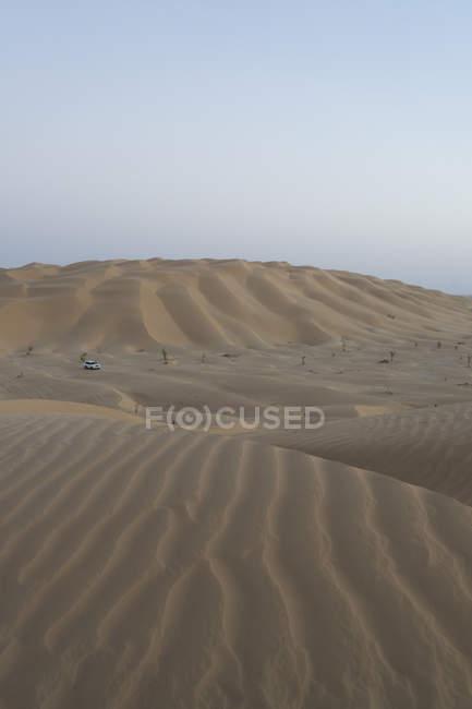 Carro off-Road solitário nas dunas do deserto do bairro vazio, Omã — Fotografia de Stock