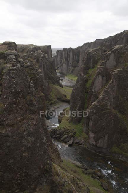 Fjarrgljfur Каньйон на південно-сході Ісландії 100 м глибини і близько двох кілометрів в довжину. — стокове фото