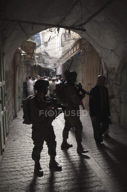 Os soldados guardam uma procissão de colonos judeus e visitantes para a cidade velha de Hebron, na Cisjordânia — Fotografia de Stock