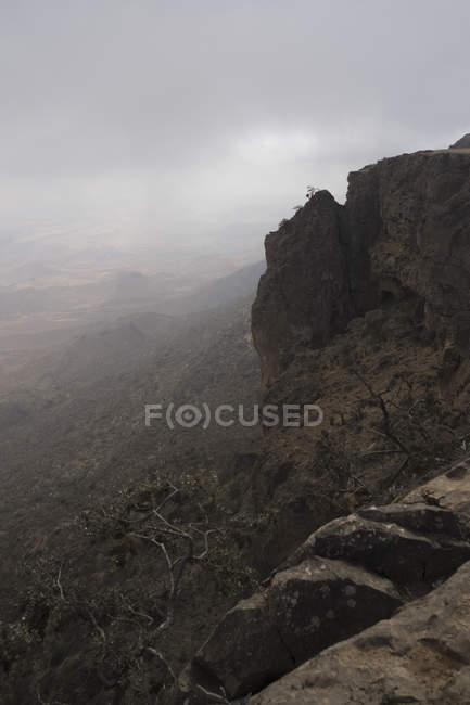 A escarpa de Jebel Samhan, erguendo-se sobre a costa de Dhofari em Omã meridional — Fotografia de Stock