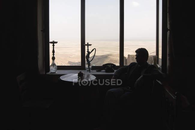 Mann sitzt im Café mit Blick auf mardin, Türkei — Stockfoto