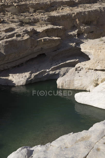 Les mares rocheuses dans Wadi Bani Khalid Ash Sharqiya Nord, Oman, s'étendait sous les pentes escarpées du Jebel Khadar — Photo de stock