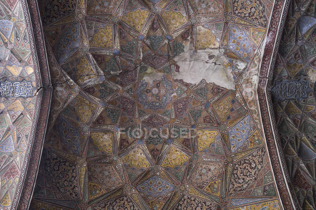 Teto da Mesquita de Wazir Khan, construído na era de Shah Jahan dentro da cidade murada de Lahore — Fotografia de Stock