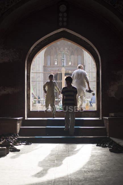 Прихильників в Wazir Хан мечеть, побудована в епоху Шах Джахан в межах стіною місто Лахор — стокове фото