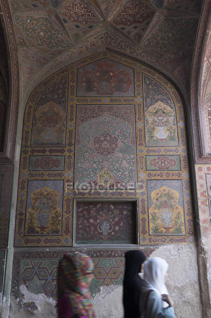 Women inside elaborately decorated Wazir Khan Mosque, built in era of Shah Jahan within walled city of Lahore — Stock Photo