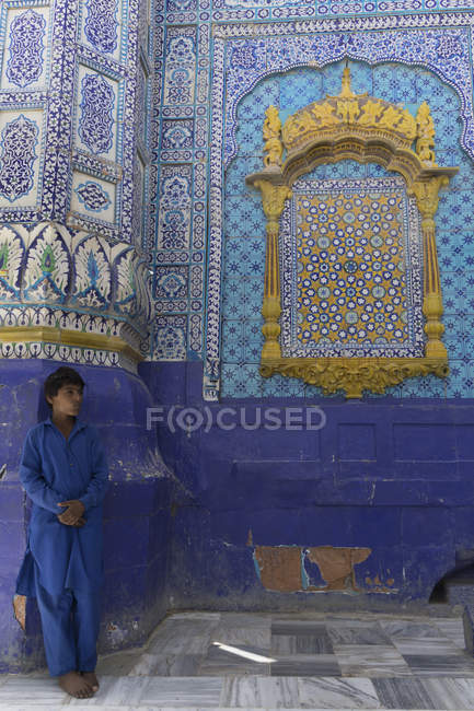 Boy at Dargah Hazrat Sachal Sarmast, Sindh — Stock Photo
