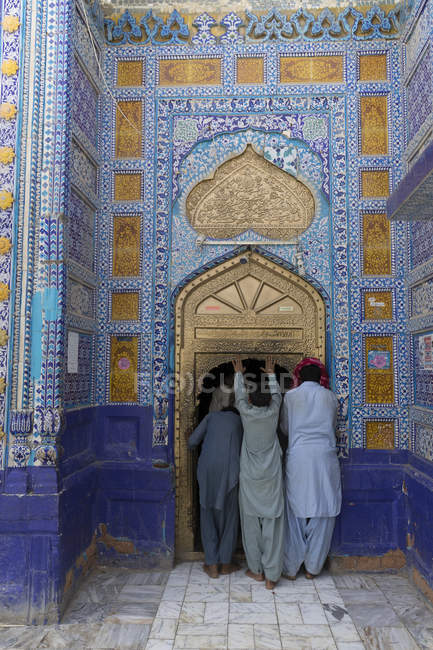 Pilgrims at Dargah Hazrat Sachal Sarmast, Sindh — Stock Photo