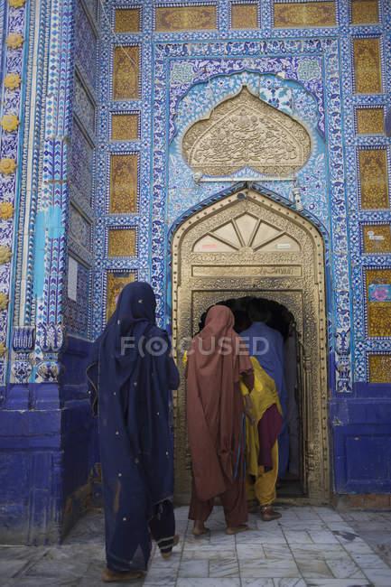 Back view of female pilgrims at Dargah Hazrat Sachal Sarmast, Sindh — Stock Photo