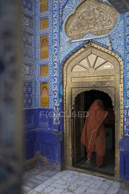 Back view of woman in Dargah Hazrat Sachal Sarmast, Sindh — Stock Photo
