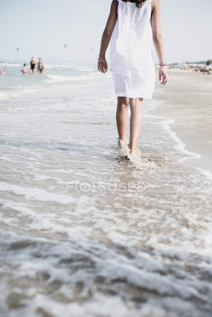 Recadrée vue de femme pieds nus marchant sur la plage — Photo de stock