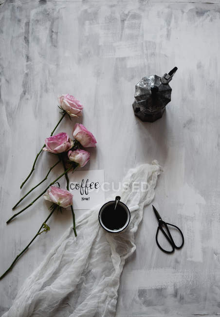 Cup of coffee with moka pot, rose flowers and scissors, still life — Stock Photo