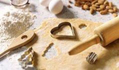 Asse os utensílios para cozinhar na mesa — Fotografia de Stock