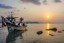 Длинный хвост лодки на пляже, восход солнца на пляже Бо Пхут, ко Самуи, Таиланд, Азия — стоковое фото