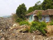 Pilha de lixo, restos de casas destruídas, Indonésia — Fotografia de Stock