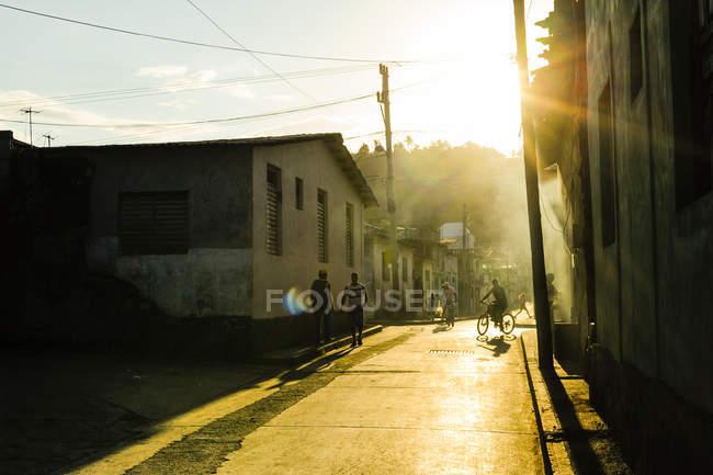 Дома на закате над улица, Куба, Гуантанамо, Баракоа — стоковое фото