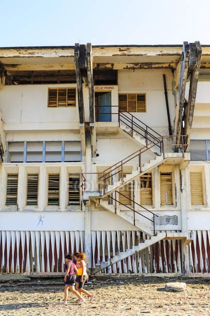 Старые деревянные дома и люди на дороге, Куба, Гуантанамо, Баракоа — стоковое фото