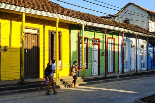 Куба, Гуантанамо, Баракоа, просмотр цветных домов и людей на тротуаре — стоковое фото