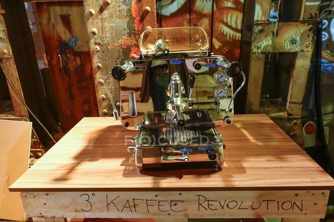 Vintage Kaffeemaschine auf holzuntergrund — Stockfoto