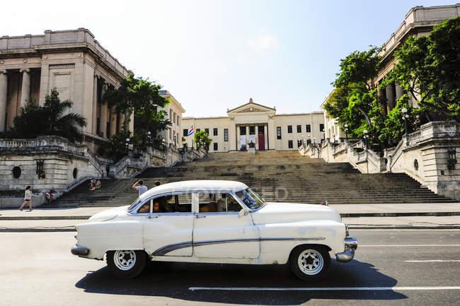 Центр города с автомобиля на переднем плане, Куба, Гавана Centro — стоковое фото