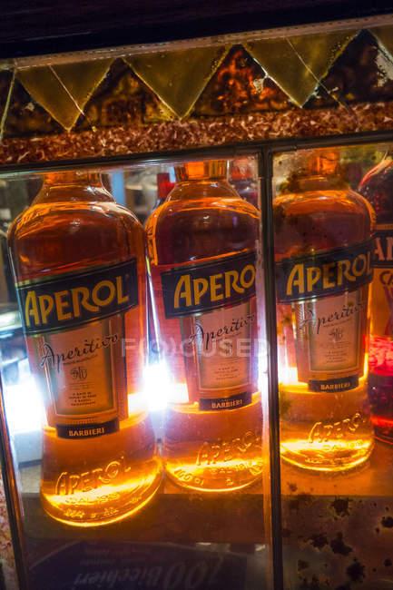 Alcol in bottiglia presso il negozio — Foto stock