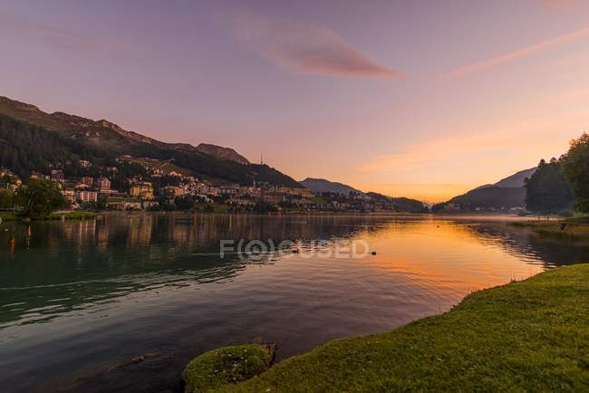 View of lake and houses on shore at evening, St. Moritz, Switzerland, Grisons — Stock Photo