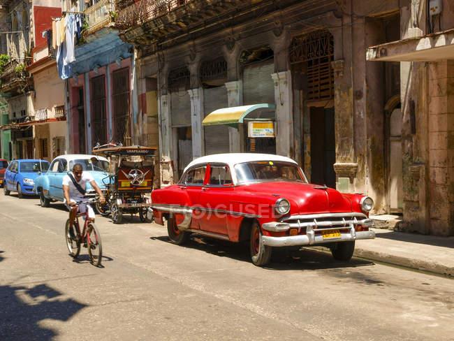 Вид улицы с автомобилей и велосипедов, Гавана, Куба, Гавана — стоковое фото