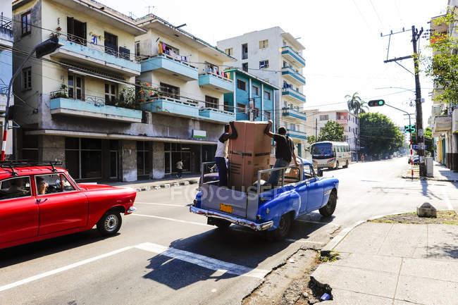 Куба, Гавана Centro, вид улицу с автомобили на дороге — стоковое фото