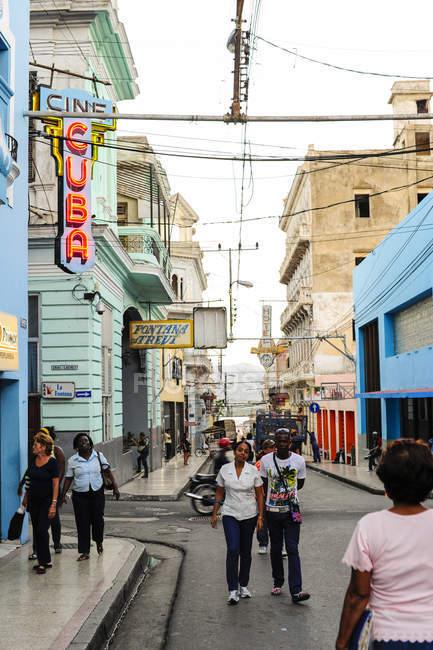 Улицу с людьми в дневное время, центр Сантьяго-де-Кубы, Куба — стоковое фото