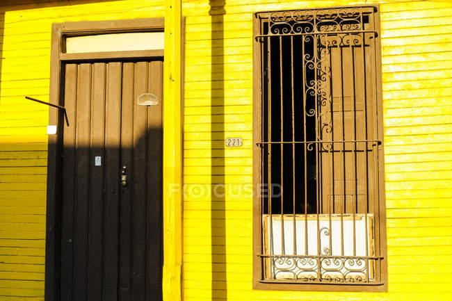 Куба, Гуантанамо, Баракоа, вид желтого дома на открытом воздухе в дневное время — стоковое фото