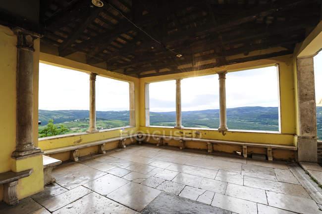 Indoor Blick auf Terrasse und Wald auf Hintergrund Istrien, Kroatien, Motovun — Stockfoto