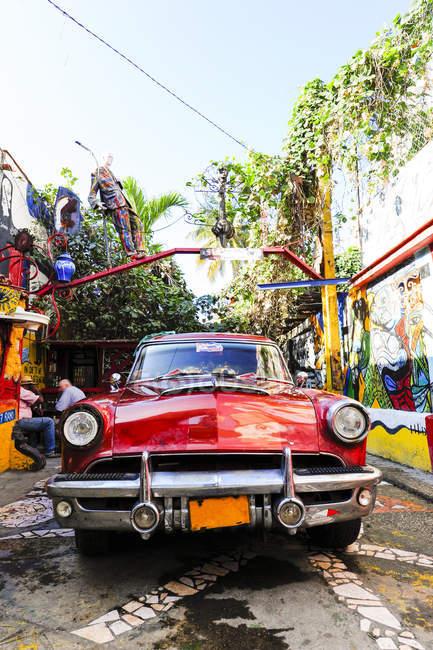 Куба, La Habana Vieja, ретро красный автомобиль в Старый город Гавана, район Арт, Гавана — стоковое фото
