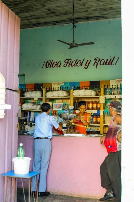 Куба, Гуантанамо, Баракоа, вид старомодных кафе и людей возле барной стойкой — стоковое фото