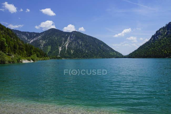 Vista do lago e as montanhas no fundo — Fotografia de Stock