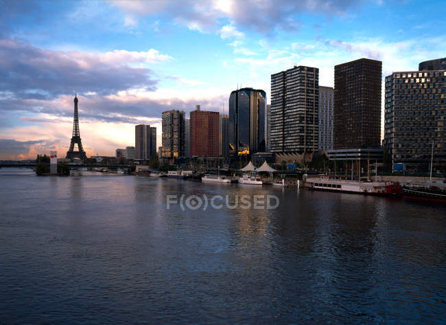 Paris, Eiffel Tower on background and river on foreground, Seine — Stock Photo