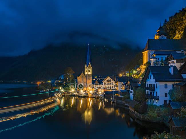Вид на маленькому містечку проти річки, Гальштат, Всесвітньої спадщини ЮНЕСКО, Hallsttter див, Зальцкаммергут, Верхня Австрія, Австрія, Європі — стокове фото