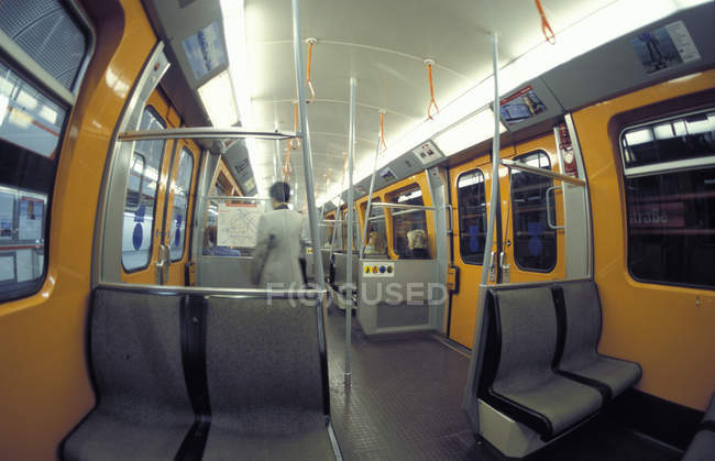 Внутри вид метро и поезда метро — стоковое фото