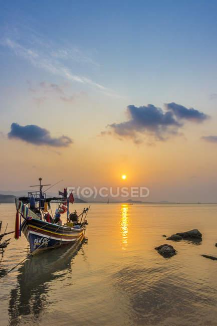 Довгий хвіст човни на березі моря, Схід сонця на пляжі Бо Пхут, Ко Самуї, острів, Таїланд, Азії — стокове фото