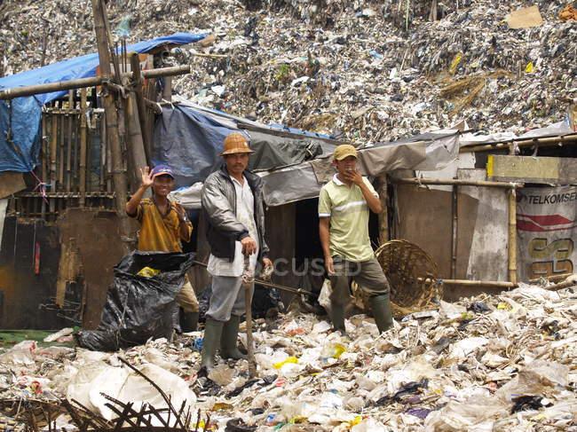 Чоловіки, які працюють на звалищі, Індонезія — стокове фото