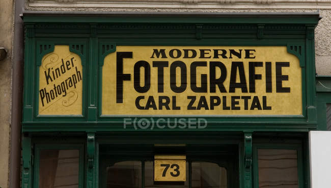 Muestra del fotógrafo moderno al aire libre, Austria, Viena - foto de stock