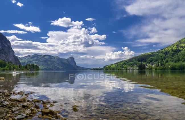 Озеро и горы на фоне, Мондзее в регионе Зальцкаммергут, Австрия — стоковое фото