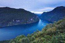 Vista panoramica sulle verdi colline e sull'acqua del fiordo — Foto stock