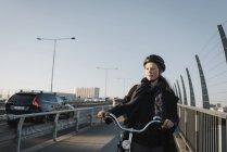 Молода жінка їде на велосипеді, зосереджується на розбірливості. — стокове фото