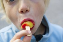 Retrato de niño comiendo helado, enfoque selectivo - foto de stock